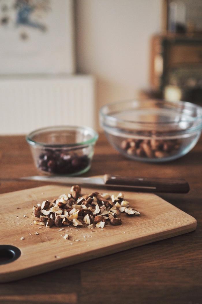 Ingrédients pour un granola maison au sirop d'érable, chocolat et fruits secs