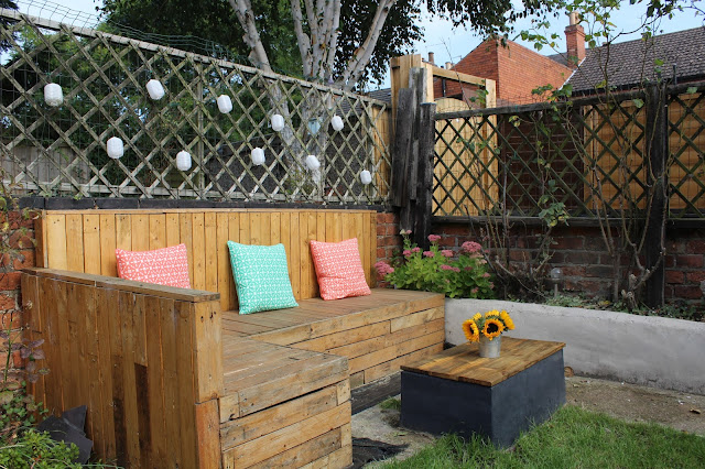 pallet seating corner in garden