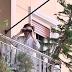 Ηλικιωμένη βγήκε στο μπαλκόνι με κυάλια για να δει τον Ομπάμα