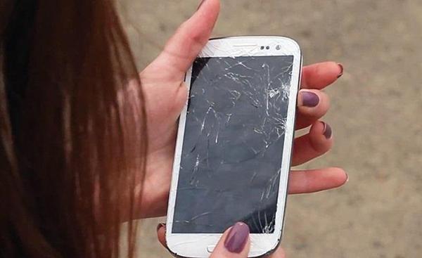 7 طرق ذكية وغير عادية عن كيفية تعامل بعض المستخدمين مع شاشة مكسورة في هواتفهم الذكية !
