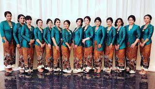 Model Kebaya batik bludru hijau dengan rok batik
