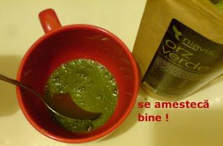 Imaginea pulberii de orz verde amestecata in pahar, cu apa minerala