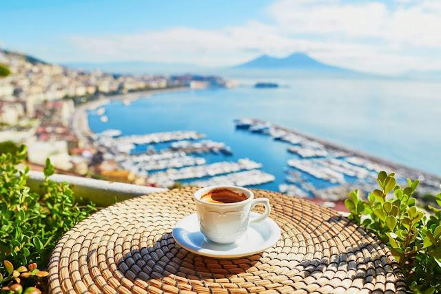 Cà phê là một phần không thể thiếu trong văn hóa của người Ý, nó không còn là một đồ uống thông thường mà đã trở thành một môn nghệ thuật, thứ tín ngưỡng, một nghi lễ đối với người dân đất nước Địa Trung Hải này.