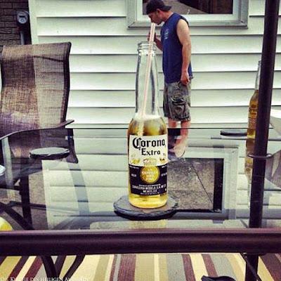 Optische Täuschung - kleiner Mann, großes Bier