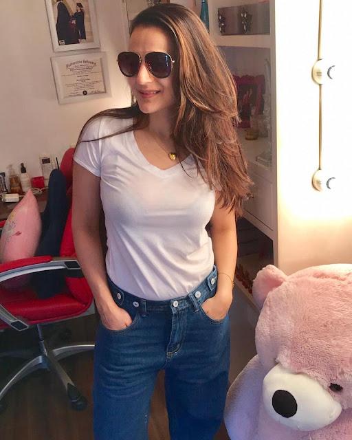 Ameesha Patel Looking HOT in Tight Jeans