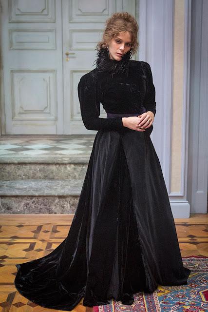 Figurino, Isabel ( Isabela Santoni), ligações perigosas globo, vestido preto de veludo com cauda e plumas na gola alta