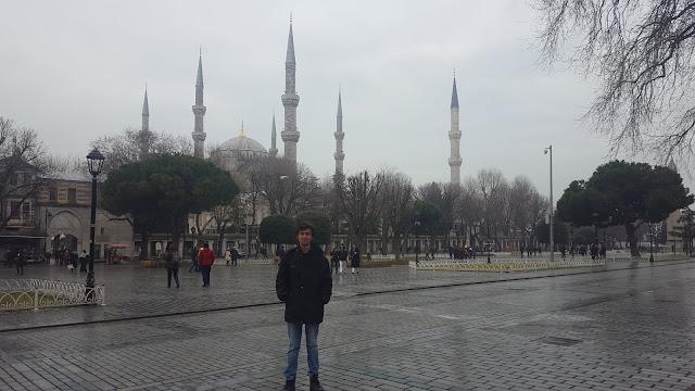 Harun İstenci İstanbul'da Sultanahmet Meydanında ve arkasında Sultanahmet Camii