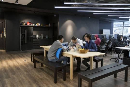 Kerja di 9GAG bisa sambil makan, diskusi dan canda ringan