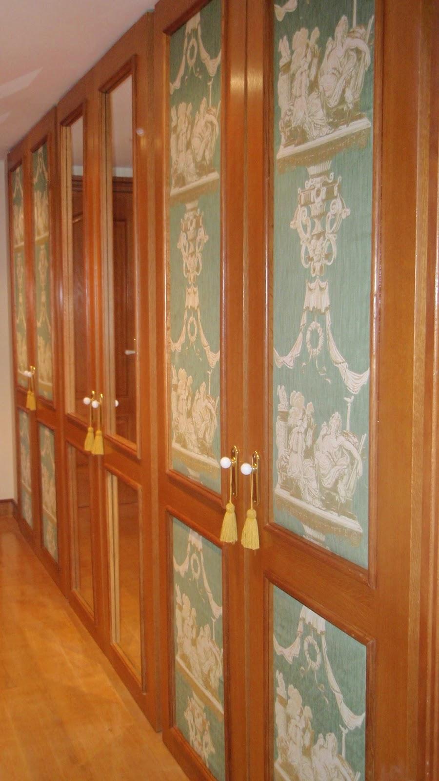 armarios empotrados en pasillo con espejos y tapizado decorativo