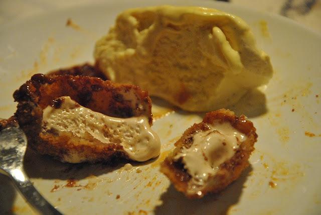 Frittierter Marsriegel mit Vanilleeis
