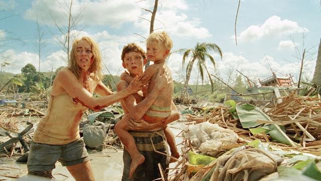 Fotograma de Lo imposible (2012), con Naomi Watts (izqda) y Tom Holland (centro)