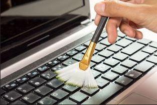 gambar membersihkan laptop dengan kuas