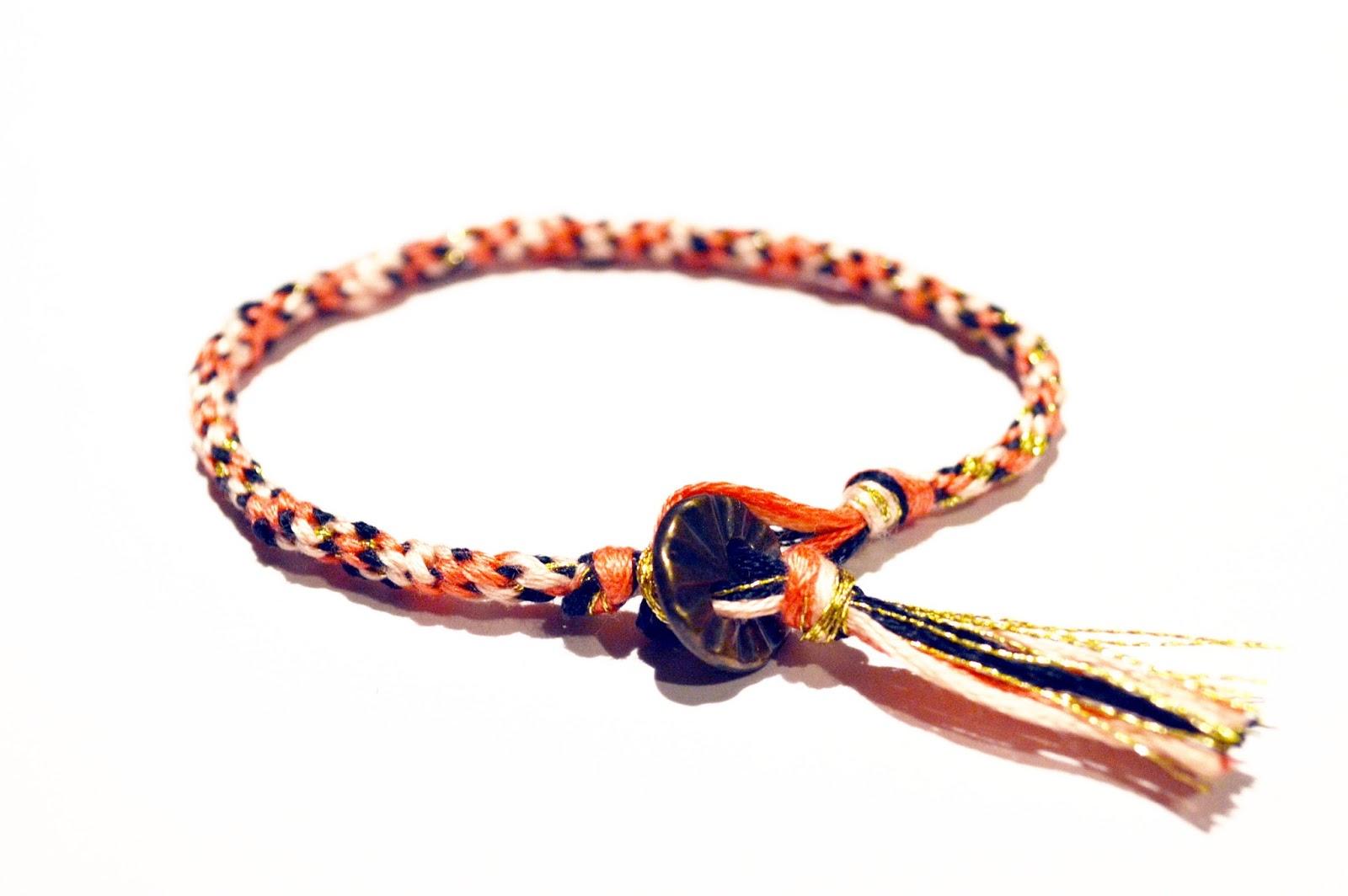 Bracelet en laine avec carton