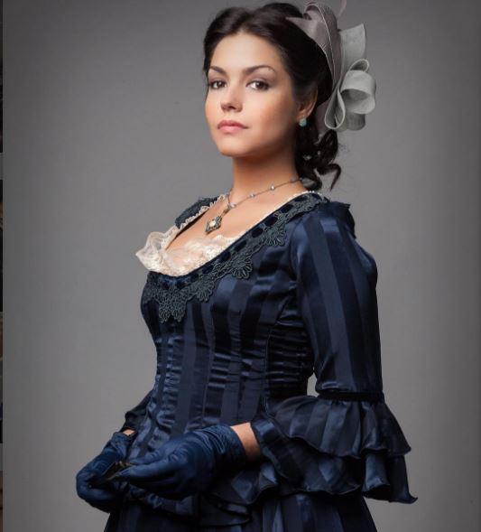 Figurino da Maria Izabel (Thais Fersoza) em Escrava mãe, vestido azul