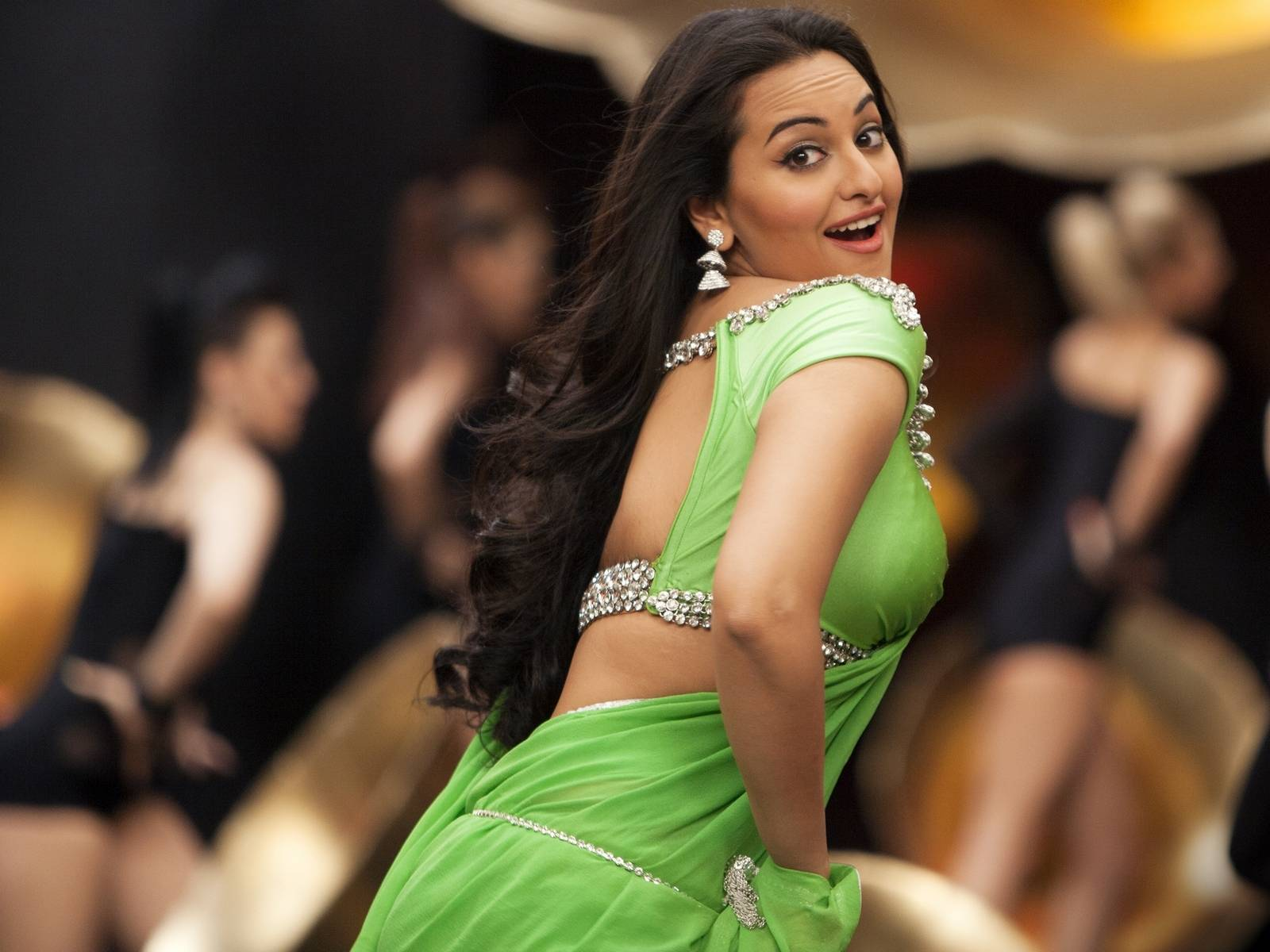 Have Hot Scenes From The Movies Like R Rajkumar And Rowdy Rathore In Hot Navel Saree Download And Share Sonakshi Sinha S Most Hot Pics In Hot Saree