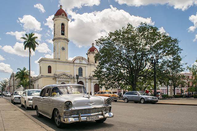 La cathédrale en bordure du parc José Martí dans le centre de Cienfuegos