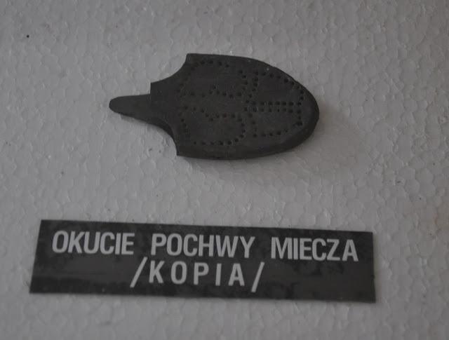 Muzeum w Cedyni - ekspozycja artefaktów - trzewik pochwy miecza