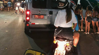 Vídeo: após curtir o Carnaval de Salvador, Bruna Marquezine vai embora de mototáxi