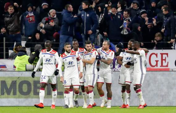 Lyon players celebrate victory against PSG