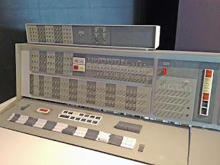 IBM 7094 adalah komputer generasi pertama