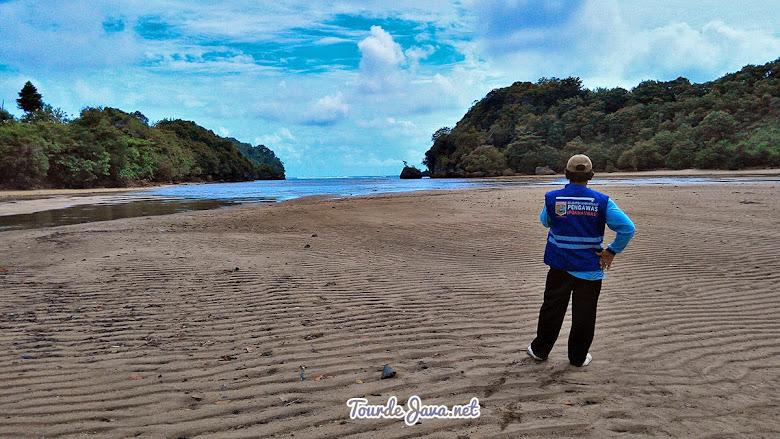 Pantai Clungup dikelola oleh Yayasan Bhakti Alam Sendangbiru
