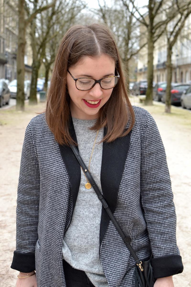 manteau long pied de poule Zara, pull gris Zara, médaille Amour