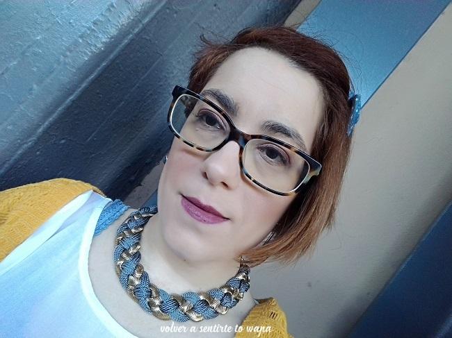 Maquillaje con Fondotinta de Deborah Milano y Labios Marrones de Maybelline