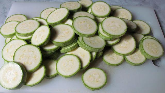 zucchine tagliate a fettine piccole per creare un piatto sensazionale