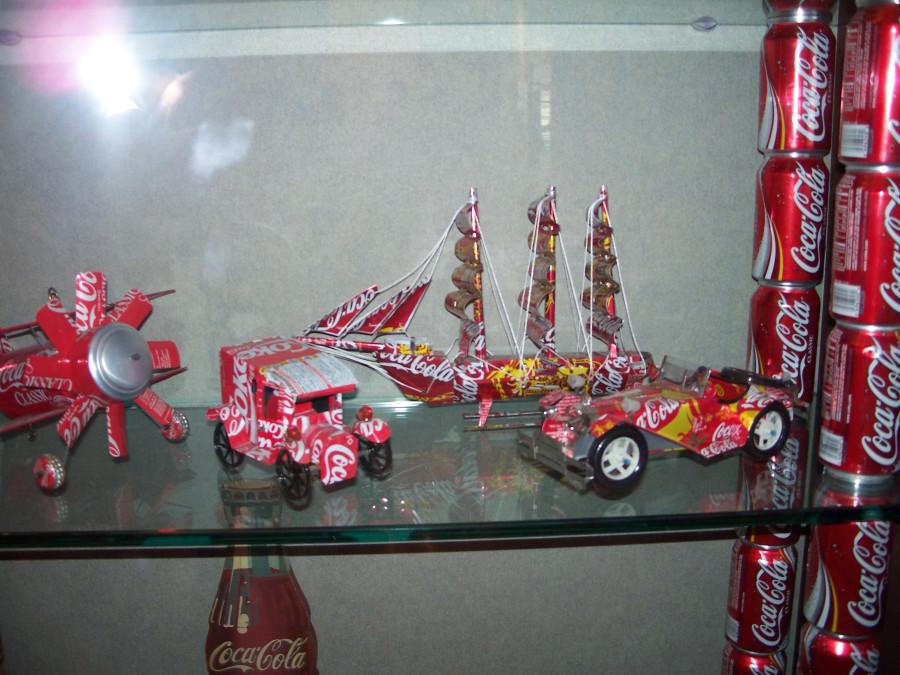 Transportes con latas de coca-cola recicladas.