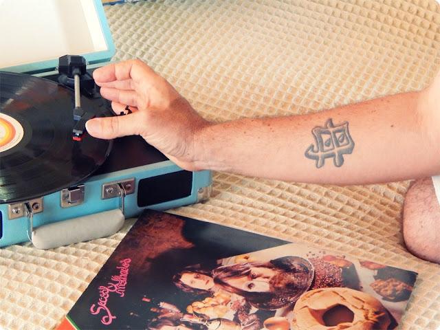 tatuagem vitrola, blog de casal, vitrola crosley, secos e molhados, vinil secos e molhados, blog de casal, marcelo letal