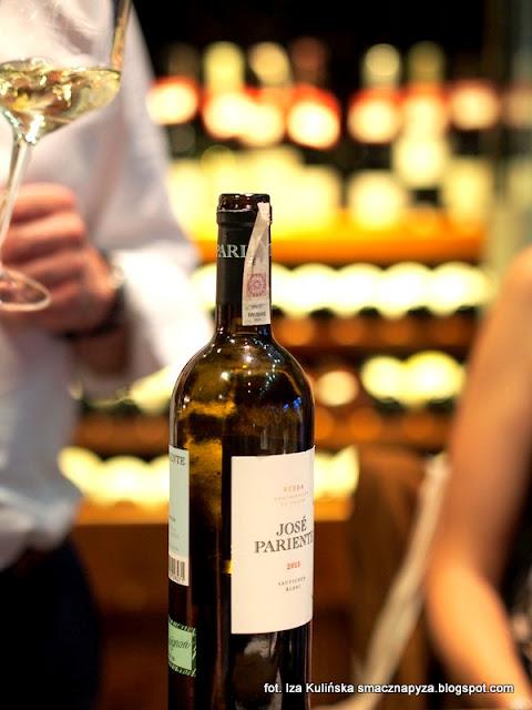 degustacja win i dan, wine bar la vinotheque, zaproszenie na kolacje, blogerzy na kolacji, smaczna pyza w la vinotheque, biale wino