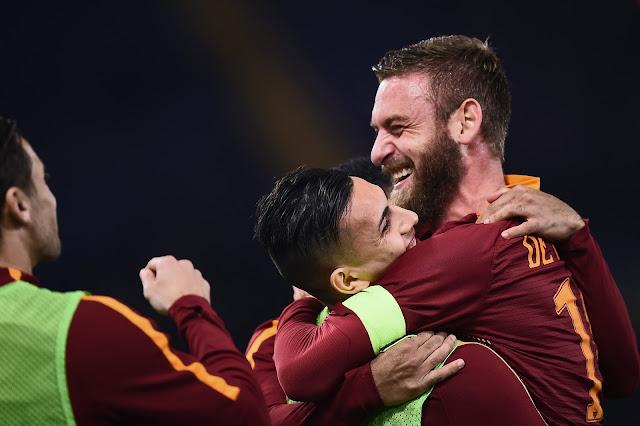 Jogadores da Roma comemorando o gol marcado por Fazio (Foto: Felippo Monteforte/AFP)