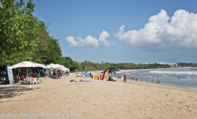 Disfrutando-sol-Pantai-Kuta