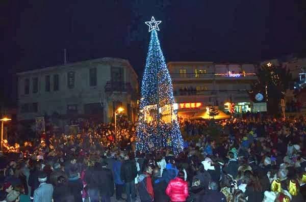 Καστοριά: Νέες φωτογραφίες και μεγάλο βίντεο από το άναμμα του δένδρου στην Ομόνοια