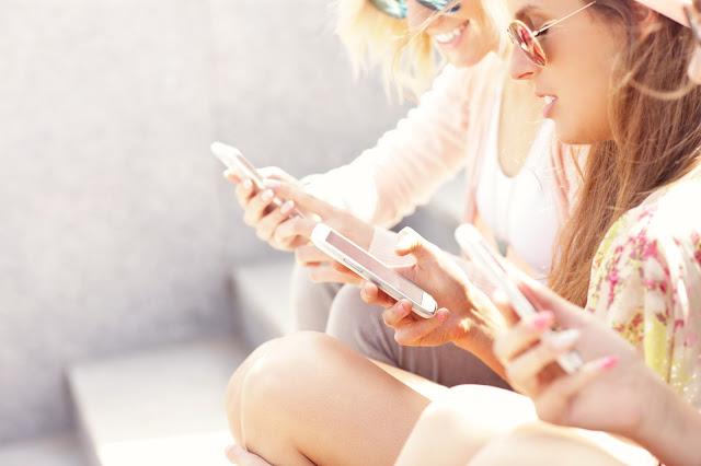 Teenager beim Internetsurfen