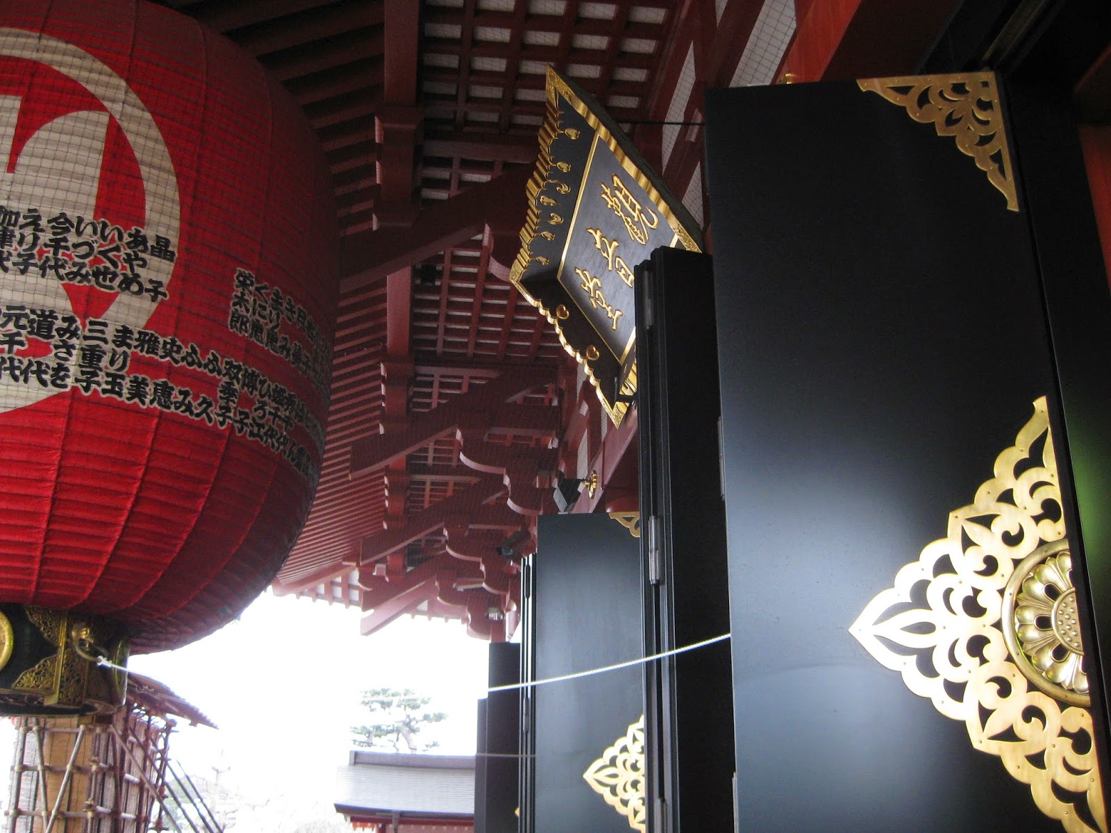 Tokyo - Massive lantern and doors of Senso-ji temple