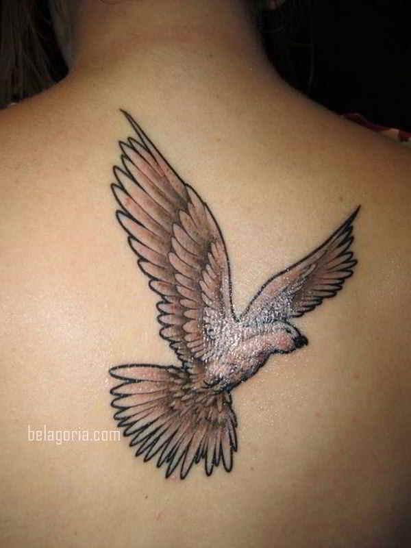 Vemos a una Mujer con Tatuaje de paloma en tinta blanca
