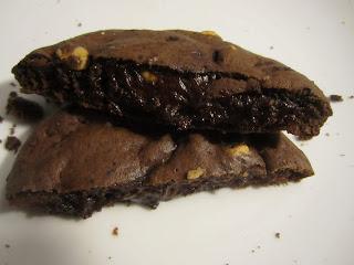 Intérieur fondant du cookies Levain Bakery au chocolat noir et aux pépites de beurre de cacahuètes Reese's