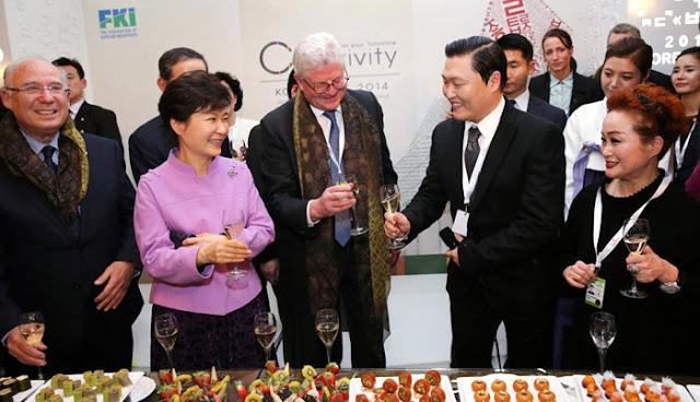 Psy brinda con la presidenta Park Geun-hye