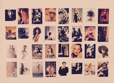 mur fait avec les cartes postales de l'exposition Vogue