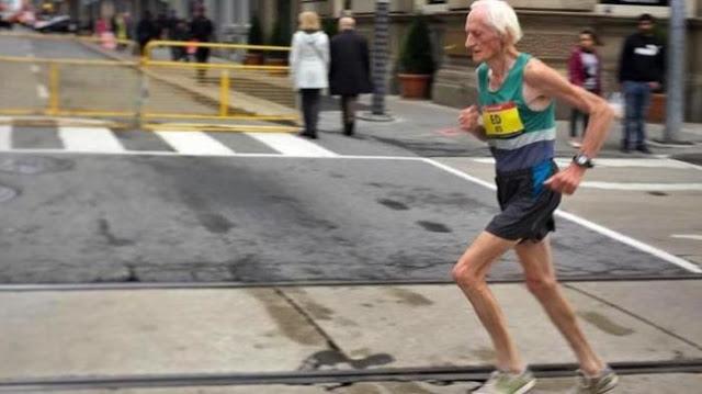 Salut! Diusianya yang ke 85 Tahun, Kakek ini Pecahkan Rekor Lari Maraton 42 KM Hanya Dalam 4 Jam