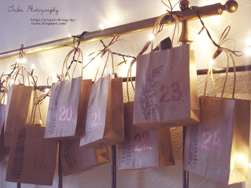 DIY Adventskalender selber basteln aus bestempelten Packpapier Tüten Adventskalender mit Lichterkette Adventskalender am Bett
