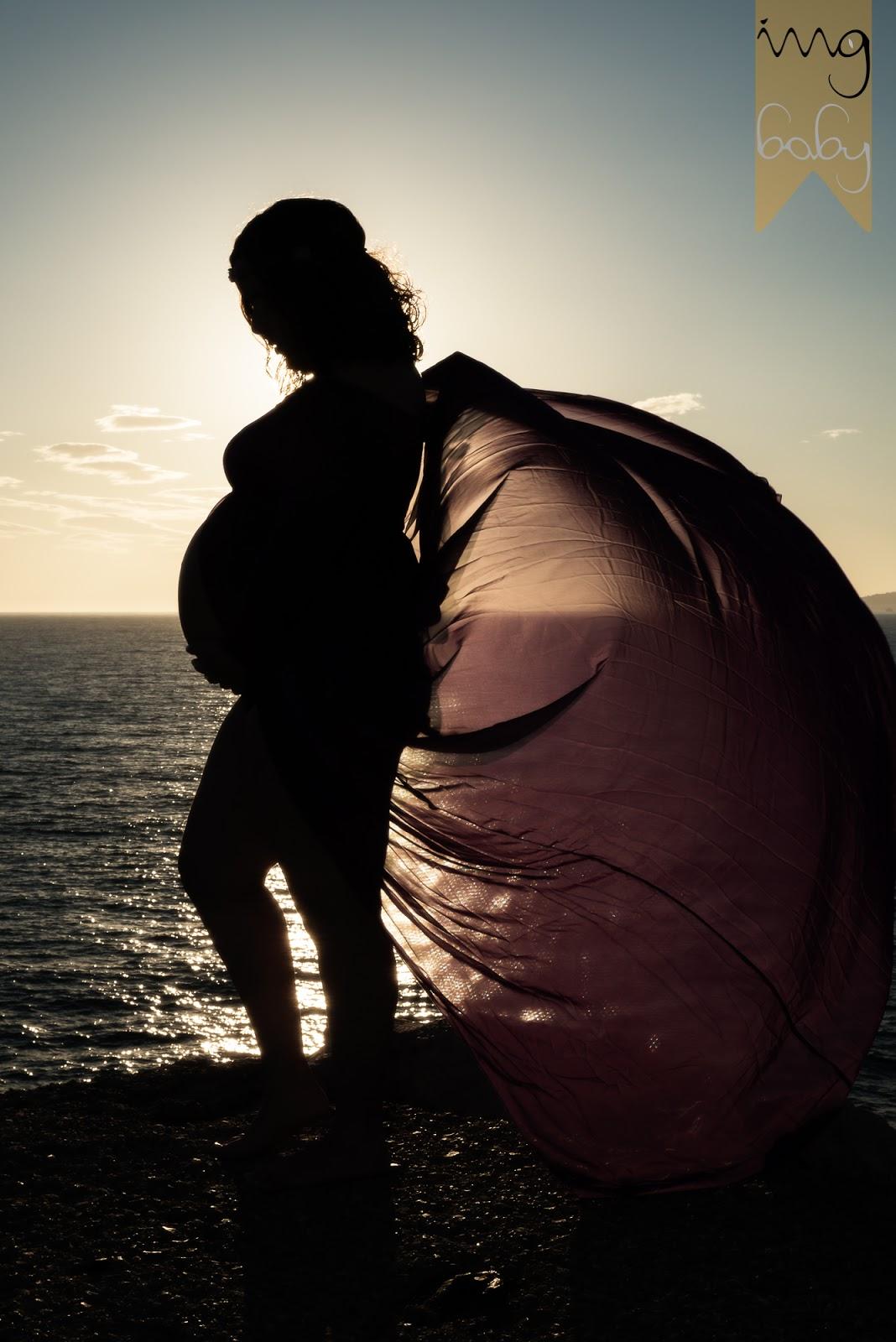Fotografía de embarazada al atardecer en la playa