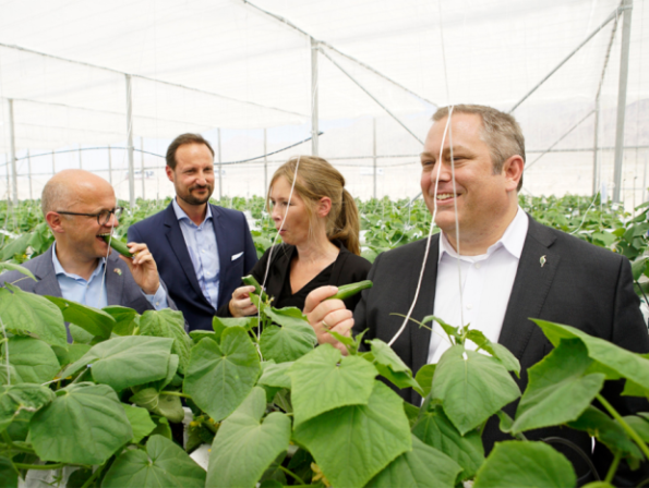 Crown Prince Haakon and the Norwegian delegation also tasted the vegetables grown in the greenhouse