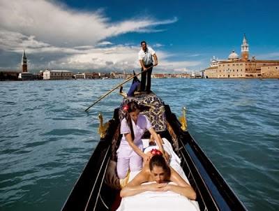 pijat gondola pijat yang dilakukan diatas perahu di italia