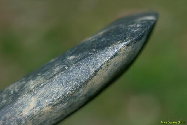 Perfil de hacha neolítica de basalto