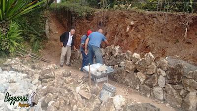Bizzarri, da Bizzarri Pedras, na parte da tarde, visitando uma obra em sítio em Mairiporã-SP onde estamos executando o muro de pedra com pedra rústica tipo de pedra moledo nesse tom cinza escuro onde vamos executar o paisagismo.