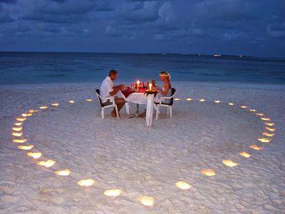 Luna de miel. Cena de novios en la playa