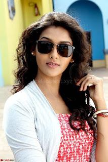 Pooja Jhaveri romancing Vijay Devarakonda in movie Dwaraka (8).jpg