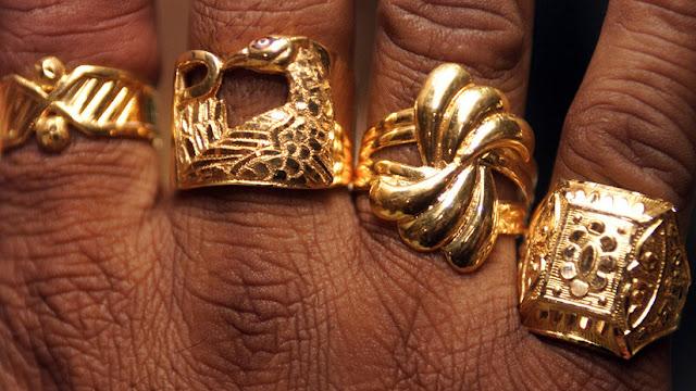 Aumenta la importación de oro en la India en medio de la caída histórica de la rupia frente al dólar